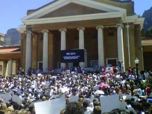 Estudantes da Universidade de Cape Town marcham em protesto contra a violação e assasinato de mulheres