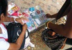 aO comércio informal tem um importante papel na subsistência das famílias nas cidades