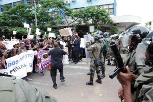 Marcha Código Penal - polícia (foto da WLSA)
