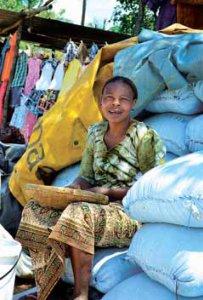 Mulher a vender no mercado informal; foto de Antoniela R. Martins